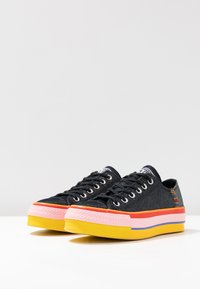 Converse - CHUCK TAYLOR ALL STAR LIFT RAINBOW - Joggesko - black/white/coastal pink - 4