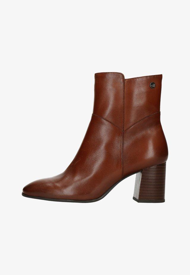 MIT ABSATZ - Classic ankle boots - cognac