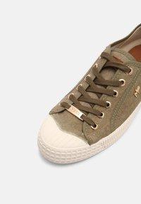 Mexx - GAVI - Sneakersy niskie - khaki - 7