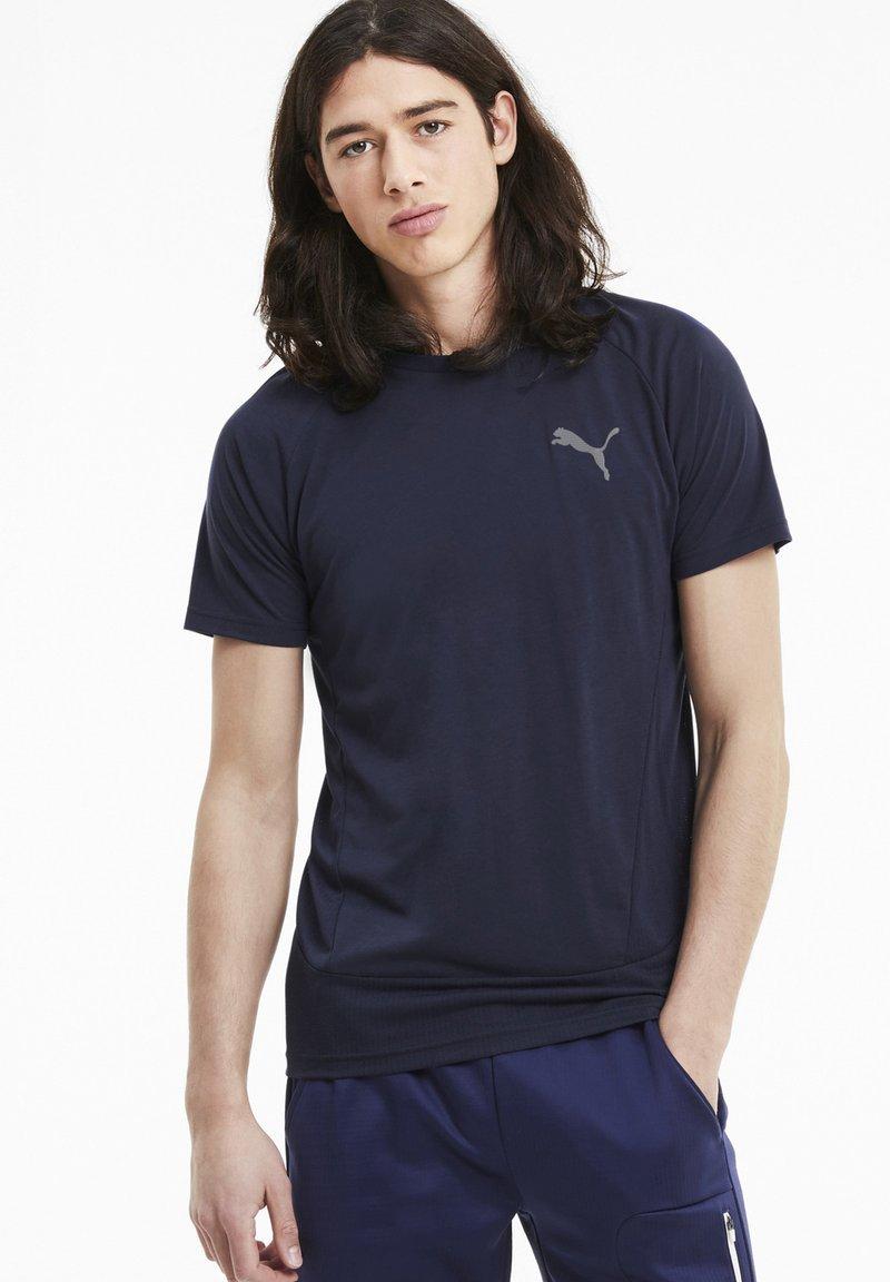 Puma - EVOSTRIPE MEN'S HOMMES - Print T-shirt - peacoat