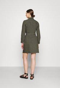 ONLY - ONLLAUREL LIFE FRILL DRESS - Košilové šaty - kalamata - 2
