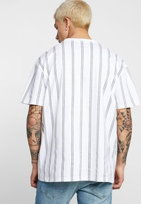 Urban Classics - HEAVY OVERSIZED STRIPE TEE - Print T-shirt - white/navy - 2