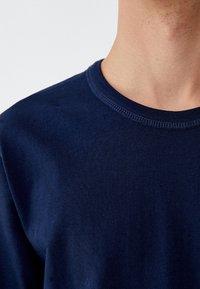 PULL&BEAR - MIT BRUSTTASCHE - T-shirt - bas - dark blue - 3