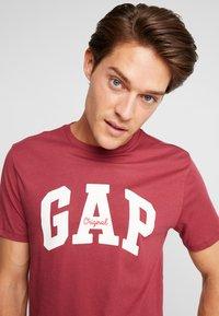 GAP - V-LOGO ORIG ARCH - Camiseta estampada - indian red - 3