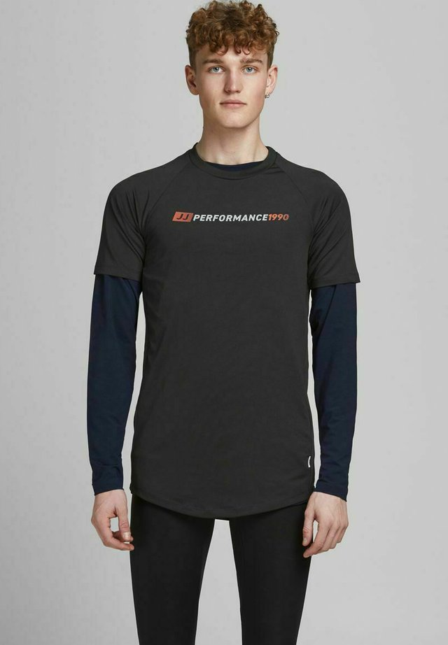 PERFORMANCE - T-shirt con stampa - black