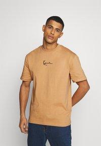 Karl Kani - SMALL SIGNATURE TEE UNISEX - Print T-shirt - beige - 0