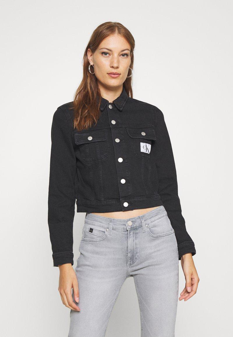 Calvin Klein Jeans - CROP TRUCKER - Denim jacket - washed black