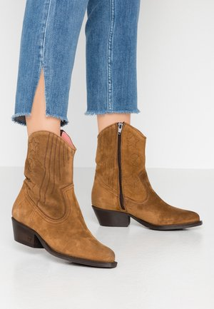 CORALL MID BOOT - Cowboy/biker ankle boot - cognac