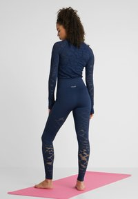 Casall - CASALL SEAMLESS STRUCTURE TIGHTS - Medias - pushing blue - 2