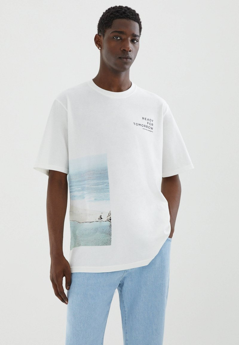 PULL&BEAR - MIT STRANDMOTIV - Print T-shirt - off-white