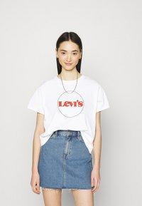 Levi's® - GRAPHIC VARSITY TEE - Print T-shirt - white - 0