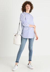 Zalando Essentials - Button-down blouse - white/light blue - 1