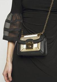 Lauren Ralph Lauren - PIECED PEBBLE - Torba na ramię - black/antique gold-coloured - 1