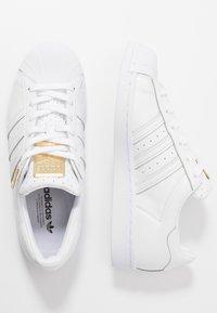 adidas Originals - SUPERSTAR - Sneakersy niskie - footwear white/gold metallic - 5