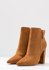 Buffalo - FERMIN - Kotníková obuv na vysokém podpatku - camel - 4