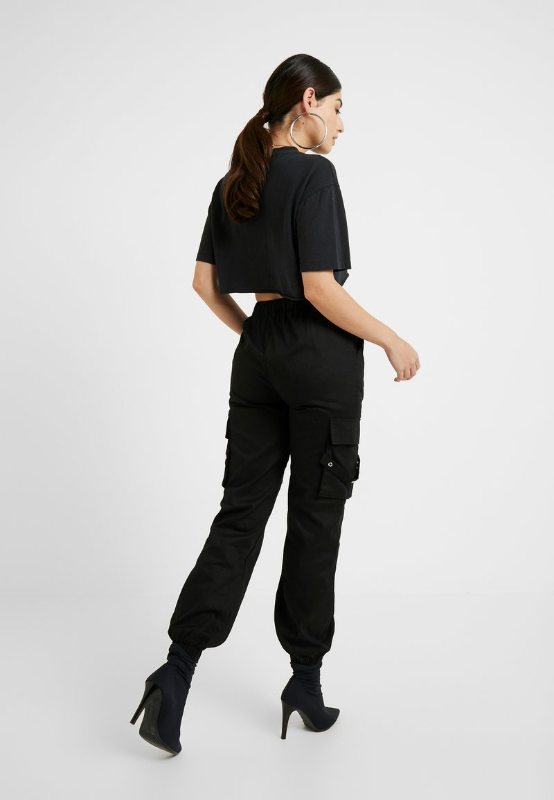 Missguided Petite EMBROIDERED CHAIN CARGO   Stoffhose   black ...