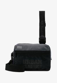 Urban Classics - CHEST BAG - Ledvinka - grey - 5