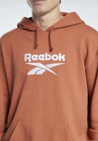 Reebok Classic - CLASSICS FOUNDATION VECTOR HOODIE - Hoodie - brown - 3