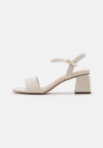 GLEAWIA - Sandals - white