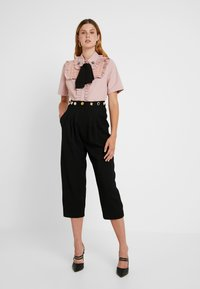 Sister Jane - TESTUDO BOW BLOUSE SHORT SLEEVE EXCLUSIVE - Button-down blouse - pink - 1