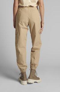 Nümph - NUELASI - Cargo trousers - brazillian sand - 2