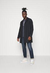 Jack & Jones - JJDENIMTEE CREW NECK - Print T-shirt - navy blazer - 1