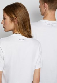 Calvin Klein - COLORBLOCK UNISEX - Printtipaita - bright white - 4