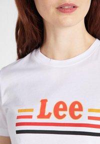 Lee - ESSENTIAL SLIM - T-shirt z nadrukiem - bright white - 3