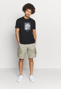 Champion Rochester - ROCHESTER THEME CREWNECK  - T-shirt imprimé - black - 1