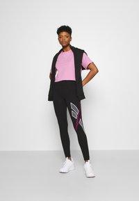 Reebok Classic - CROPPED TEE - Print T-shirt - jasmine pink - 1