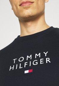 Tommy Hilfiger - STACKED FLAG CREWNECK - Collegepaita - desert sky - 5