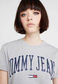 Tommy Jeans - COLLEGIATE LOGO TEE - Print T-shirt - light grey heather - 3