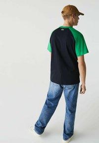 Lacoste LIVE - UNISEX - Print T-shirt - bleu marine / vert - 2