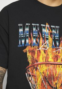 Mennace - BURNING HOOP - T-shirt con stampa - black - 5
