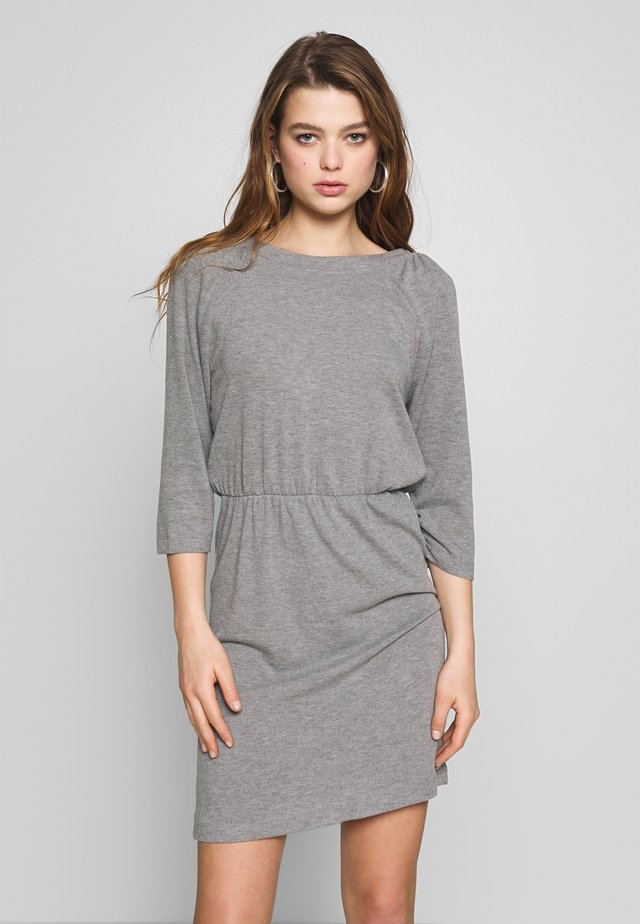 NMHALLEY O-NECK DRESS - Stickad klänning - medium grey