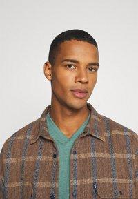 Burton Menswear London - SHORT SLEEVE V NECK 3 PACK - Basic T-shirt - navy/light grey - 5