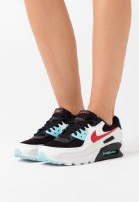 Nike Sportswear - AIR MAX 90 - Sneakersy niskie - summit white/chile red/bleached aqua/black - 0