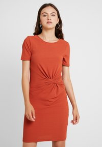 Pieces - PCMANULA DRESS - Shift dress - picante - 0