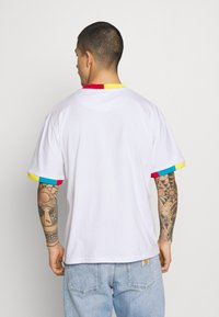 Karl Kani - SMALL SIGNATURE TEE UNISEX  - Print T-shirt - white - 2