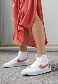 Nike Sportswear - BLAZER MID '77  - Vysoké tenisky - white/light sienna - 4