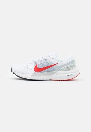 AIR ZOOM VOMERO 15 - Obuwie do biegania treningowe - white/chile red/pure platinum/wolf grey/glacier blue/black