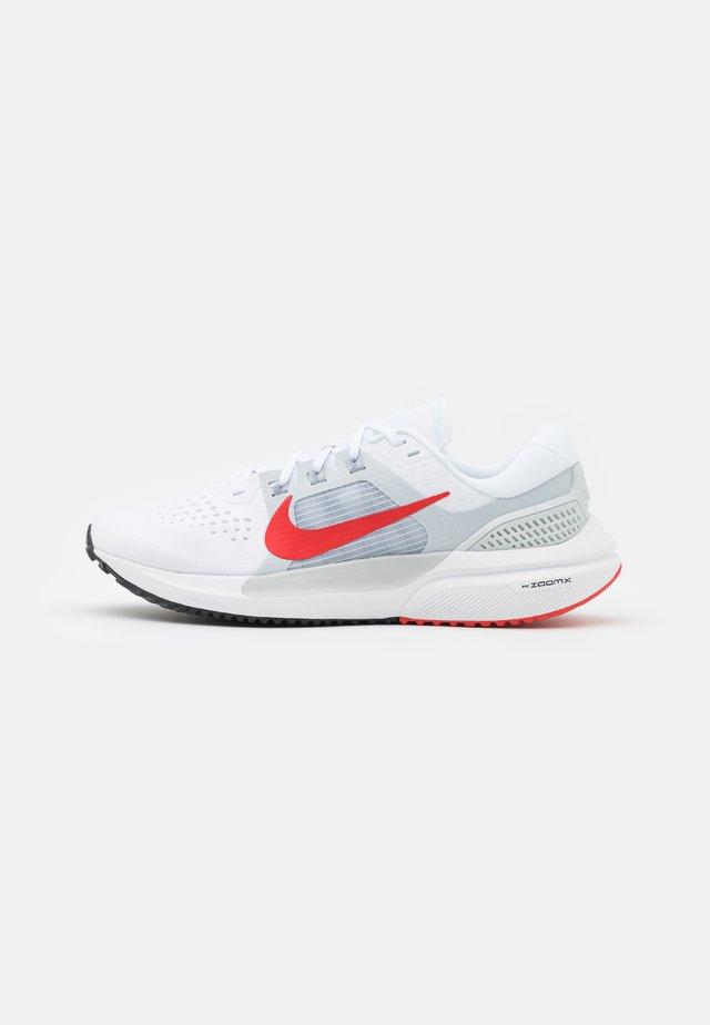 AIR ZOOM VOMERO 15 - Zapatillas de running neutras - white/chile red/pure platinum/wolf grey/glacier blue/black