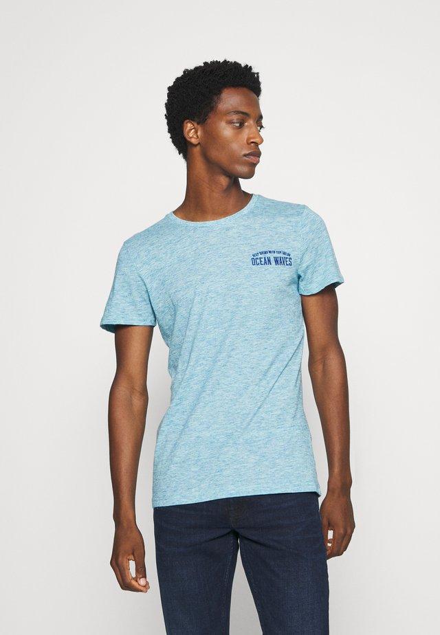 T-shirts med print - teal melange