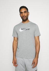 Nike Performance - TEE ATHLETE - Print T-shirt - dark grey heather - 0