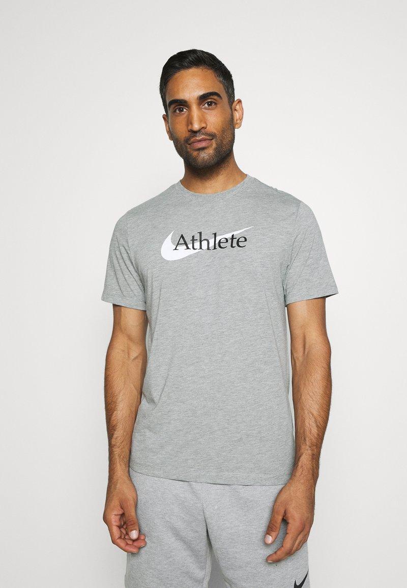 Nike Performance - TEE ATHLETE - Print T-shirt - dark grey heather