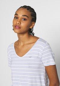 Hollister Co. - ICON EASY  - Print T-shirt - white/blue - 3