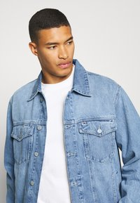 Tommy Jeans - OVERSIZE TRUCKER  - Denim jacket - light blue denim - 3