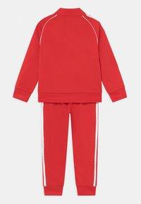 adidas Originals - TRACKSUIT SET UNISEX - Trainingspak - red/white - 1