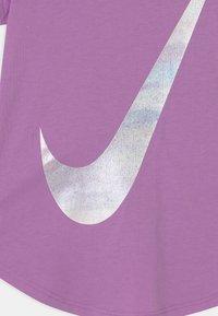 Nike Sportswear - RISE PRINT - Camiseta estampada - violet shock - 2