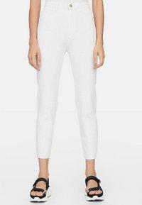 Stradivarius - MOM-FIT - Slim fit jeans - white - 0